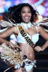 Clémence Botino défile en maillot blanc à Miss France 2020