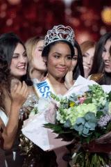 Clémence Botino reçoit titre Miss France 2020 le 14 décembre 2019